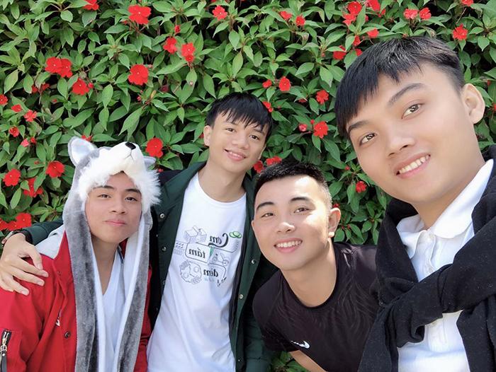 Sinh viên Bùi Phú Khuyên (thứ 2 từ trái qua) - Người quản lý trang https://luyenthihutech.com